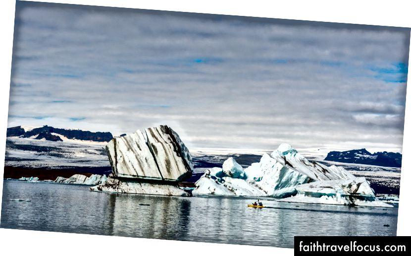 Những tảng băng này có vẻ nhỏ từ xa, nhưng rất lớn (và nó chỉ là phần nổi). Một chiếc thuyền kayak trước mặt họ có thể cho một ý tưởng tốt về kích thước của chúng.