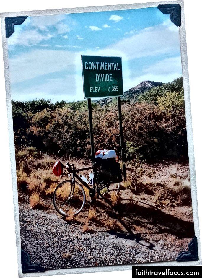 Перетинаючи континентальний поділ, в національному лісі Гіла на шосе штату Нью-Мексико 90 між Сілвер-Сіті та Лордсбургом.