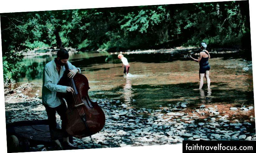 Một vài thành viên từ The Resonant Rogues đang diễn tập và điều chỉnh trước Phiên duy nhất của họ trên sông Swannanoa. PC: Joey Brodax