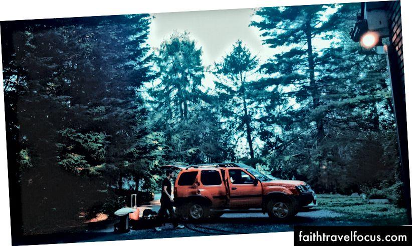 Andrew đóng gói chiếc xe vào ngày cuối cùng của chúng tôi ở Asheville. Bằng cách nào đó chúng tôi đã xoay sở để nhồi nhét mọi thứ vào cốp và ghế sau của chiếc Nissan Xterra của anh ấy. PC: Joey Brodax