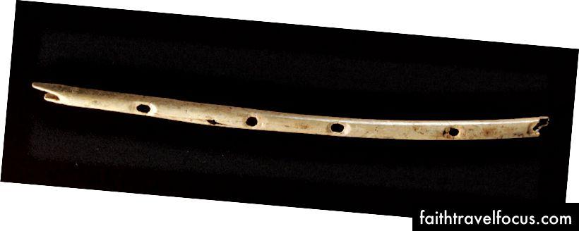 Một trong những nhạc cụ lâu đời nhất được biết đến: Một cây sáo được tìm thấy trong một hang động ở Đức - được cho là khoảng 40.000 năm tuổi
