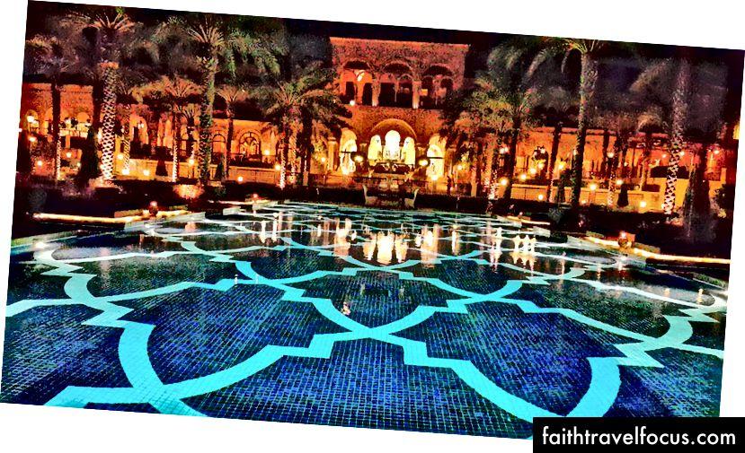 Hồ bơi khách sạn thắp sáng đẹp vào ban đêm | Ảnh tín dụng: Mike Hull, VictoriaGlobal.co