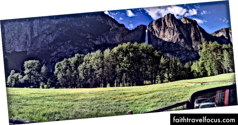 Một cái nhìn từ chiếc xe cho thuê của tôi, băng qua một đồng cỏ ở Thung lũng Yosemite tại Ribbon Fall. Lối đi bằng gỗ ở ngoài cùng bên phải là để bảo vệ hệ sinh thái đồng cỏ khỏi những người đi bộ muốn khám phá nó.