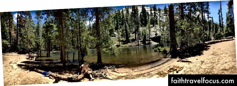Dòng sông Merced gần khu cắm trại Thung lũng Yosemite nhỏ, nơi tôi rửa sạch và giặt quần áo.