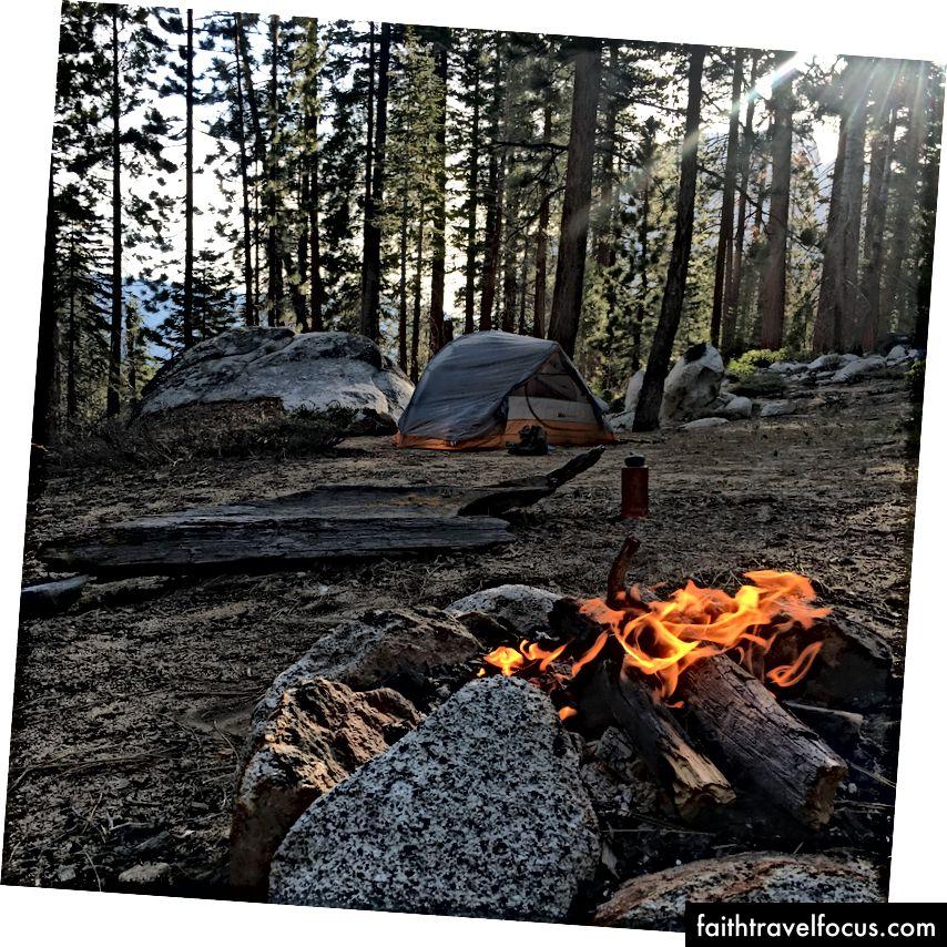 Trang trại đêm đầu tiên của tôi. Lưu ý hình bóng Half Dome, vẫn có thể nhìn thấy qua những tán cây.