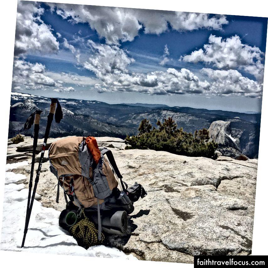 Nhìn xuống Half Dome và mọi thứ khác trong khu vực Thung lũng Yosemite.