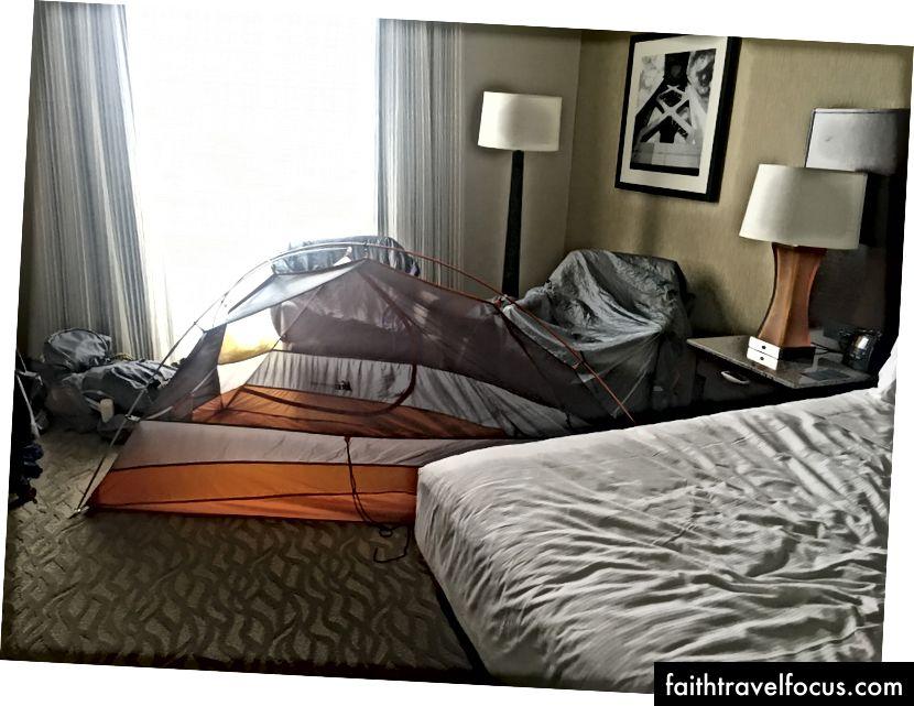 Khu cắm trại cuối cùng của tôi, khu cắm trại của tôi ở trong phòng khách sạn ở thành phố Oakland của tôi, nơi lều của tôi có thể khô trước khi tôi đóng gói nó một lúc.