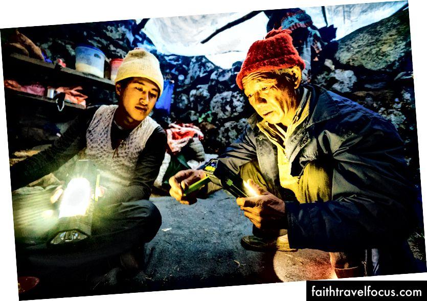 Để có được ánh sáng. Tôi đã giao 12 bộ đèn / pin chạy bằng năng lượng mặt trời / đèn pin cho các người tị nạn ở Thung lũng Langtang.