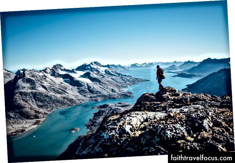 Andrew Yasso giảm xuống đỉnh 5.000 'ở Đông Greenland.