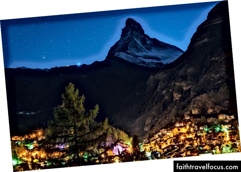Zermatt, Thụy Sĩ được thắp sáng bên dưới Matterhorn. Hai ngày sau, Christian Lanley & I đã triệu tập đỉnh núi nổi tiếng nhất thế giới trong điều kiện như mùa đông.