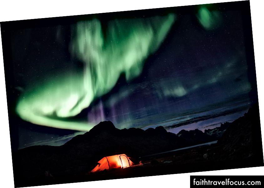 Đèn phía Bắc nhảy múa trên lều của chúng tôi ở Đông Greenland.
