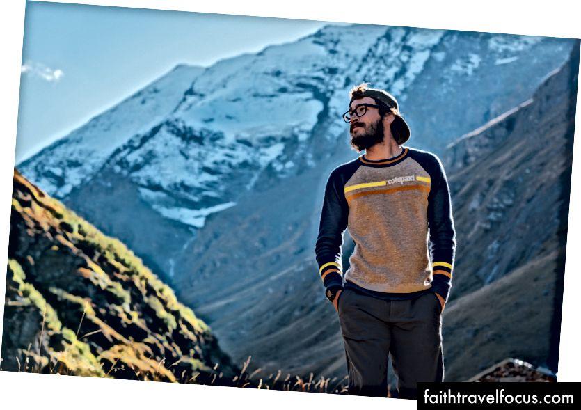 Christian đi dạo qua một thung lũng núi cao ở dãy núi Alps của Ý, trong khi chụp cho chiến dịch áo len Cotopaxiiên LIoust.