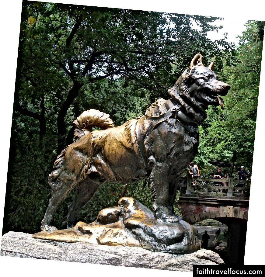 Bức tượng gây tranh cãi Balto sườn ở Công viên Trung tâm.   phía bắc