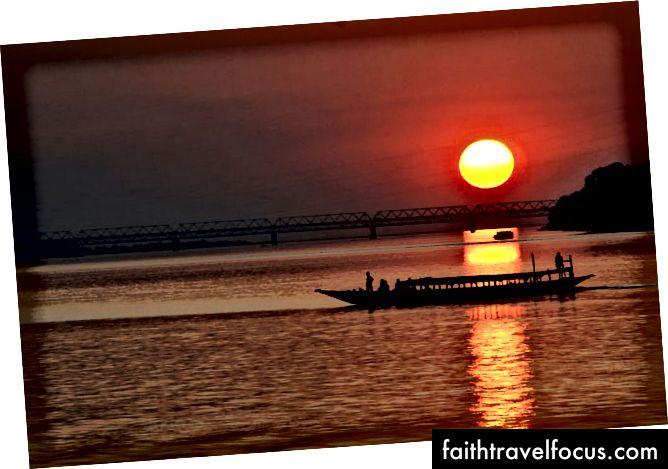 Sông Brahmaputra ở Assam đối với cầu Saraighat (Guwahati)