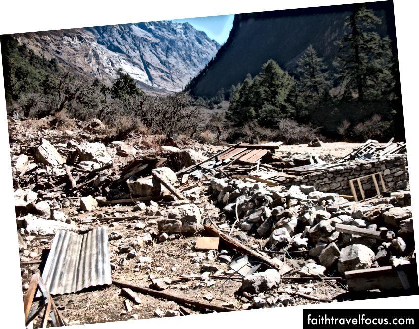 Ghoda Tabela (3008 m) zničená zemetrasením