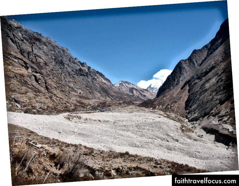 Obec Langtang zničená zemetrasením a lavínou