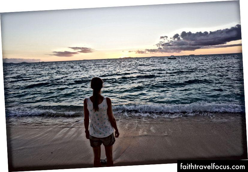 Vợ tôi ngắm mặt trời lặn, từ một hòn đảo nhỏ ở Nam Thái Bình Dương (gần Fiji). Tôi là nhiếp ảnh gia!