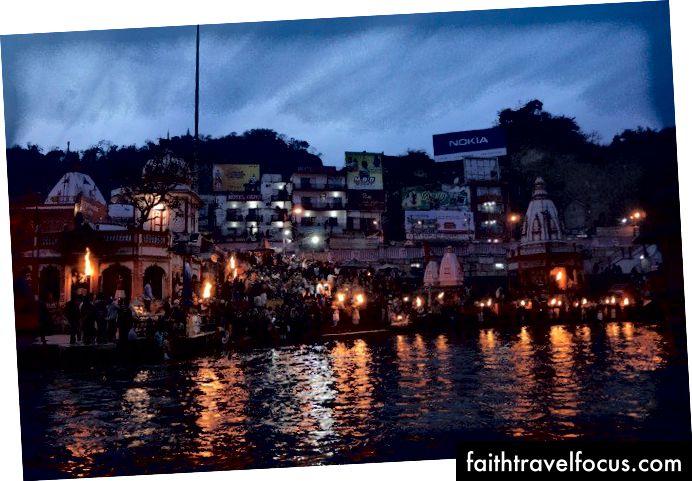 Buổi tối, puja, dọc theo bờ sông Ganga gần Rishikesh ở miền bắc Ấn Độ.