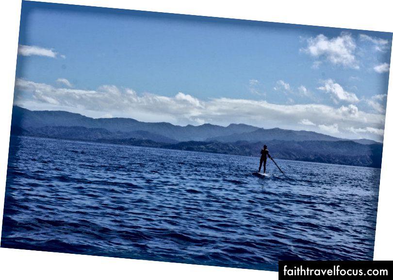 Chèo thuyền lên bờ biển của một hòn đảo ở Fiji. Chúng tôi đi thuyền đến Fiji từ New Zealand với bạn bè. Tuy nhiên, hầu hết 18 tháng du lịch của chúng tôi được thực hiện độc lập.