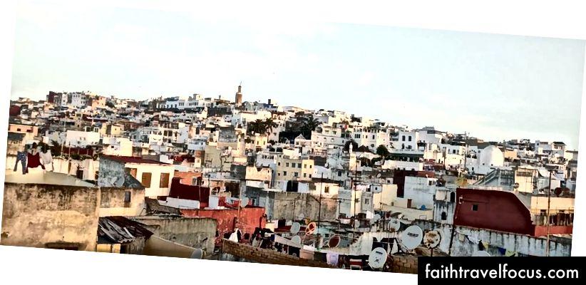 Nhìn ra sân thượng của Tangier