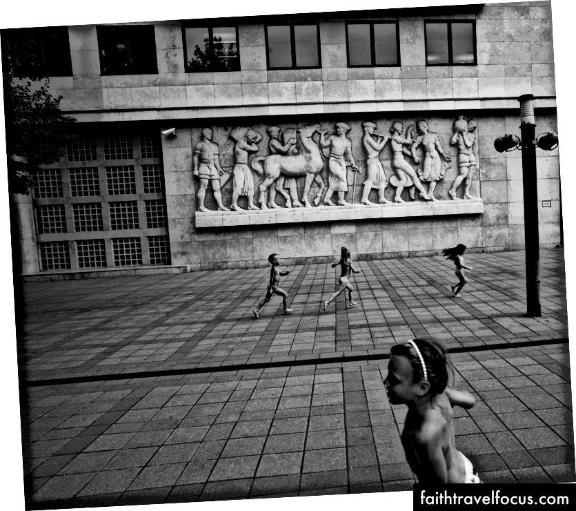 Trẻ em đang chơi ở quảng trường, Josh S. Rose. Budapest, 2016.
