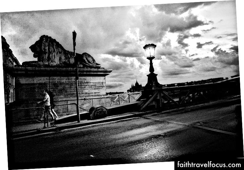 Mọi người băng qua Cầu Chain, bởi Josh Rose. Budapest, 2016.