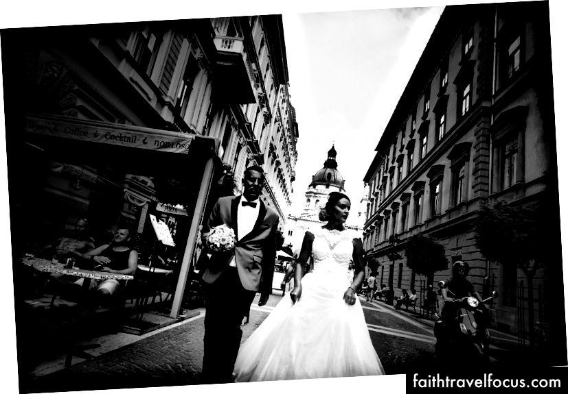Cô dâu và chú rể trước nhà thờ thánh Stephen Stephen, Josh S. Rose. Budapest, 2016.