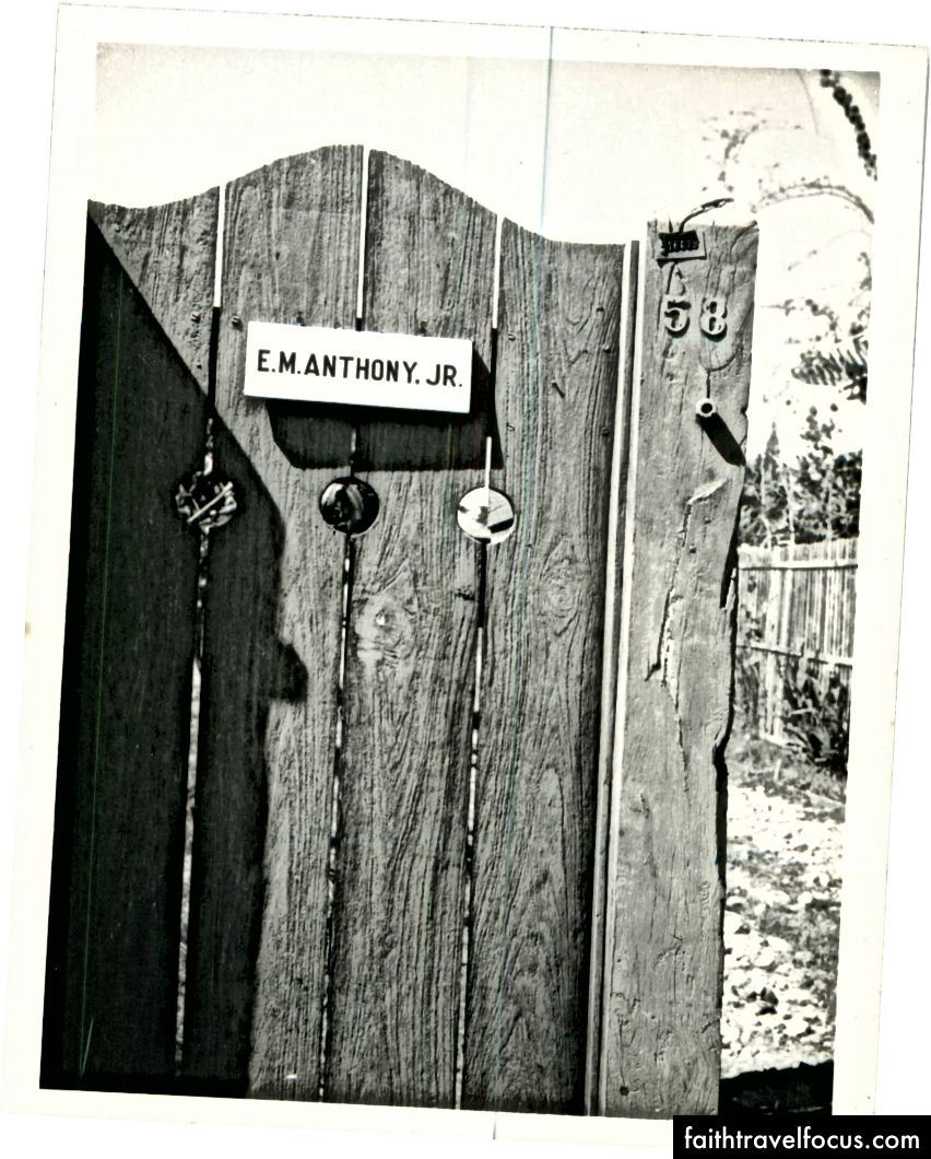 Cánh cổng của tác giả Gia đình nhà ở trên đường Prasanmit (nay là Soi Soi 23), Bangkok, 1955. (Ảnh © 1955, Edward Mason Anthony Jr.)