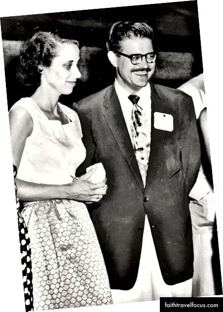 Cha mẹ của tác giả, Edward Mason Anthony Jr. và Ann Terbrueggen Anthony, tại một bữa tiệc ở Bangkok, đầu năm 1956.