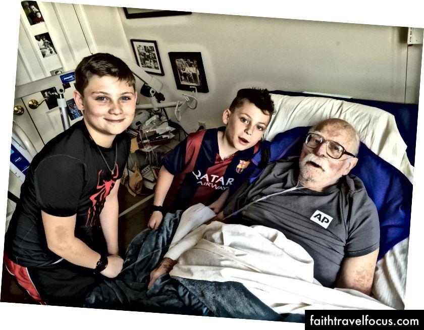 Edward Mason Anthony Jr. và hai đứa cháu của ông, Mason và Wyatt Anthony, 18 giờ trước khi ông qua đời vào tháng 7 năm 2015. (Ảnh © 2015, Ted Anthony)
