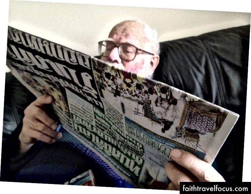 Tác giả cha cha, bảy tháng trước khi chết và bị tàn tật vì bệnh Alzheimer, đọc một tờ báo Thái Lan vào tháng 12 năm 2014. (Ảnh © 2014, Ted Anthony)