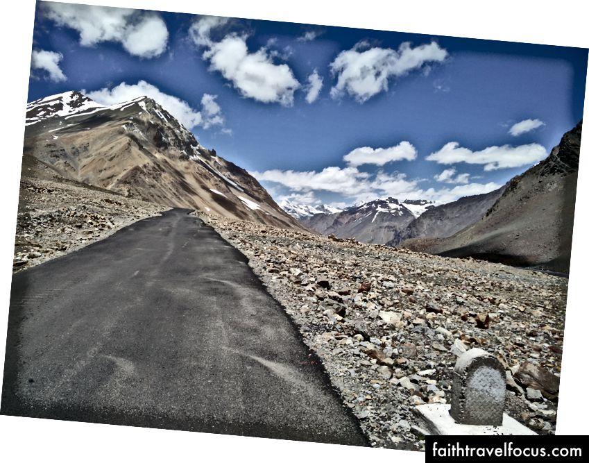 Cột mốc không tên trên đường đến Baralacha La