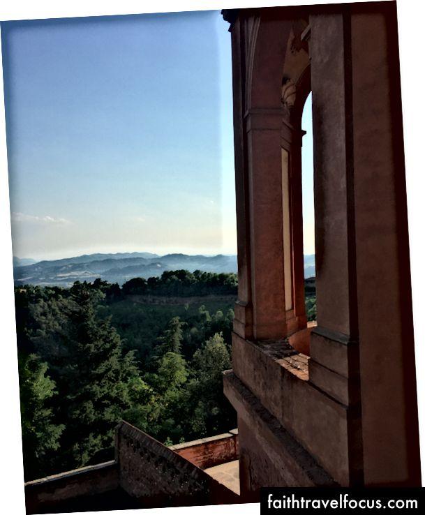 Quang cảnh từ thánh đường Madonna di San Luca. Ảnh: Zaron Burnett III