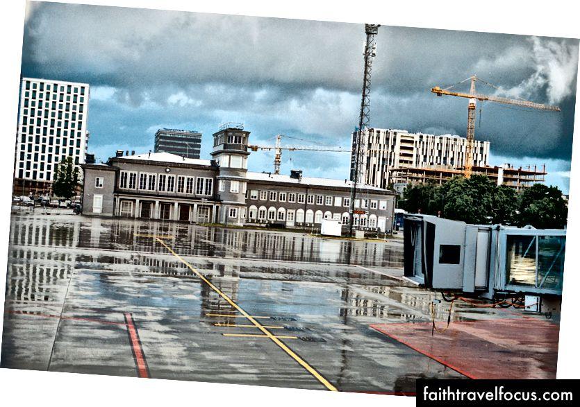 Xem từ một cổng tại sân bay Tallinn một vài giờ trước khi khởi hành. Kodak Portra 400