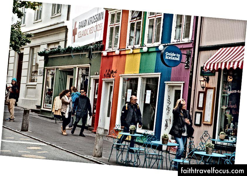 Những người suy nghĩ Hướng dẫn về Iceland Hướng dẫn là một cuốn sách có thể bị cuốn hút để tìm hiểu nó thay vào đó là một ngôi nhà đồng tính không ngừng nghỉ ở Reykjavik.