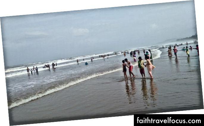 Bãi biển Gokarna. Nó vẫn đông đúc với người dân địa phương.