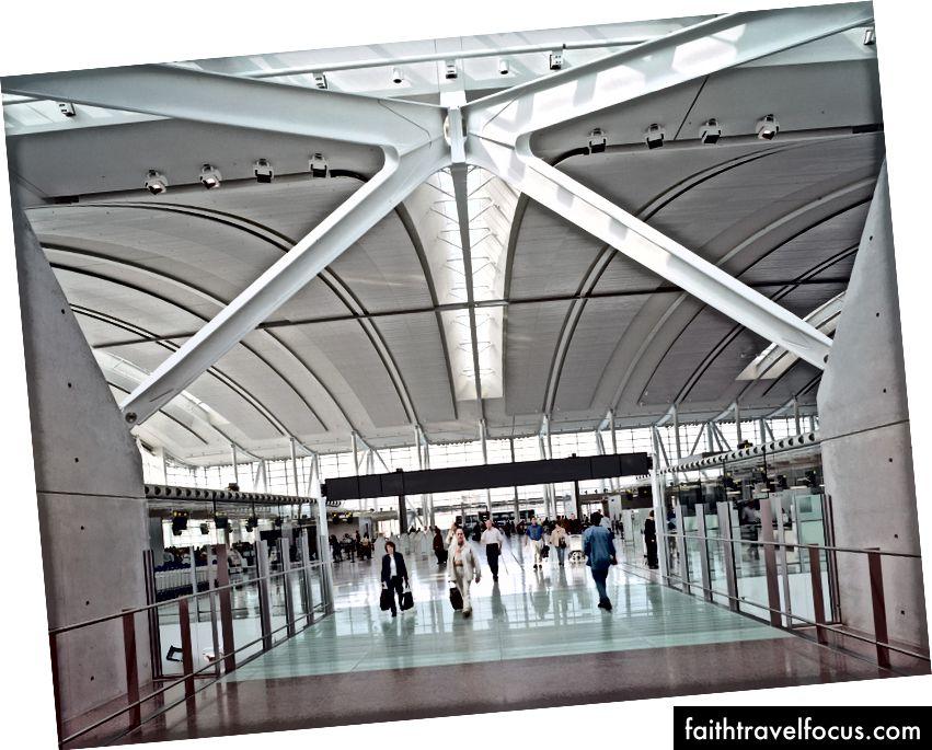Tại Toronto Pearson International Airport Terminal Terminal 1, các giếng trời tuyến tính được sắp xếp giữa các đảo bán vé định hướng hành khách và cung cấp nhịp điệu và hướng dẫn trực quan cho hành khách trong sảnh khởi hành. Ảnh © Timothy Hursley