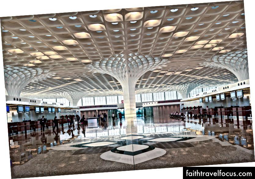 Tại Chhatrapati Shivaji International Terminal Terminal Terminal 2, các biến thể hiện đại về hoa văn và họa tiết khu vực được tích hợp ở nhiều quy mô khác nhau, bao gồm cả cách xử lý được khớp nối trên các cột và bề mặt mái. Ảnh: Robert Polidori © Sân bay quốc tế Mumbai Pvt. Ltd.
