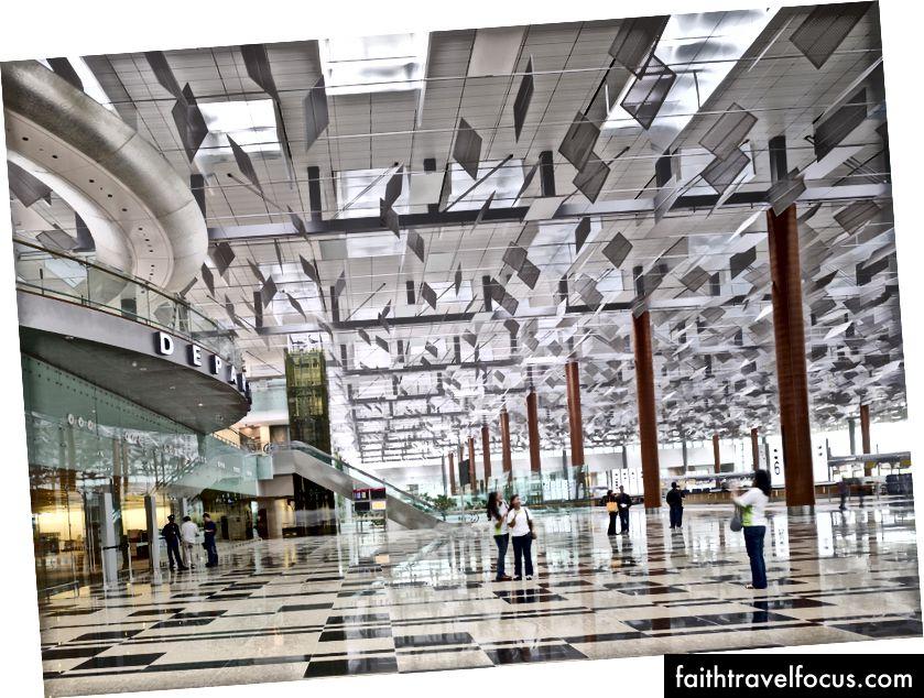 Tại nhà ga số 3 của sân bay quốc tế Singapore Chang Changi, một hệ thống điều chế ánh sáng trên cao bao gồm cửa sổ trần bằng kính và hàng ngàn cửa nhôm giảm thiểu chi phí chiếu sáng và làm mát đồng thời tăng thêm tính thẩm mỹ. Ảnh © Tim Griffith
