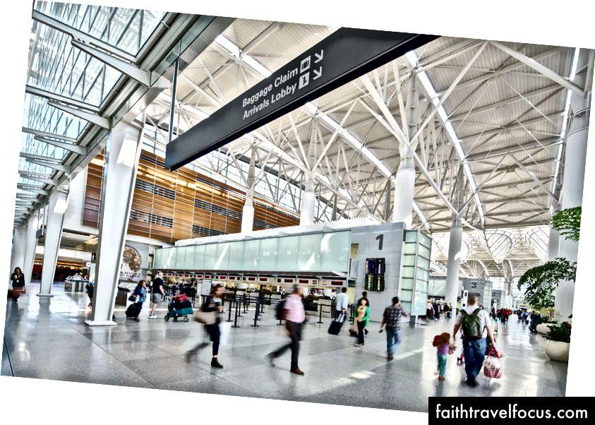 Các giếng trời kéo dài, với tác phẩm nghệ thuật tích hợp của James Carpenter, và các giáo sĩ mang ánh sáng tự nhiên dồi dào vào Nhà ga Quốc tế tại Sân bay Quốc tế San Francisco. Ảnh © Bruce Damonte