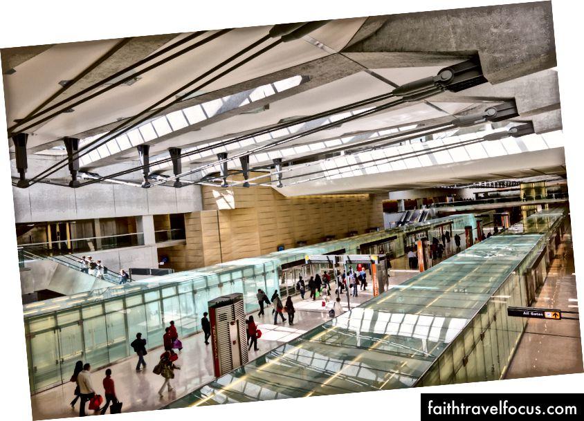 Hoạt động tại sân bay quốc tế Washington Dulles từ năm 1985, SOM đã thiết kế một kế hoạch tổng thể bao gồm sáu buổi hòa nhạc ở giữa sân, một phòng khách quốc tế mới và nhà ga chính của nhà ga AeroTrain (trong hình) cho một mạng lưới người mới. Năm 2011, Global AirRail Awards đã đặt tên cho nhà ga chính tại Nhà ga sân bay của năm Dulles. Ảnh © Jeff Goldberg | Esto