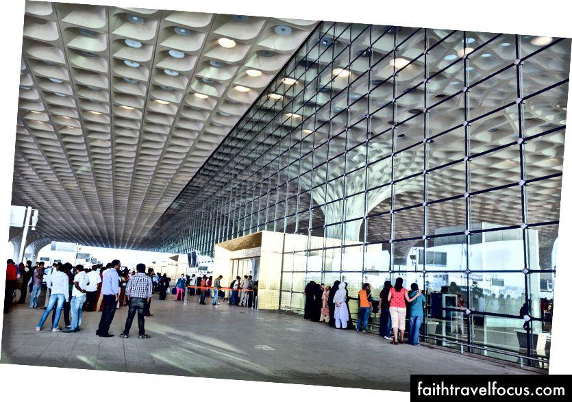 Các khu vực thả xuống lề đường gắt gao tại Chhatrapati Shivaji Sân bay quốc tế Nhà ga 2, được thiết kế cho các nhóm lớn, phù hợp với phong tục đến và đi truyền thống của Ấn Độ. Ảnh: Robert Polidori © Sân bay quốc tế Mumbai Pvt. Ltd.