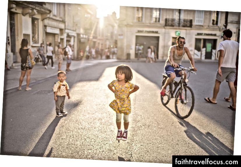 Tôi nhớ Little Chow, 4 đã rất tự hào khi cô ấy có thể nhảy lần đầu tiên. Littler Chow, 2 vẫn không thể nhảy nhảy vào thời điểm này. Arles, Pháp.
