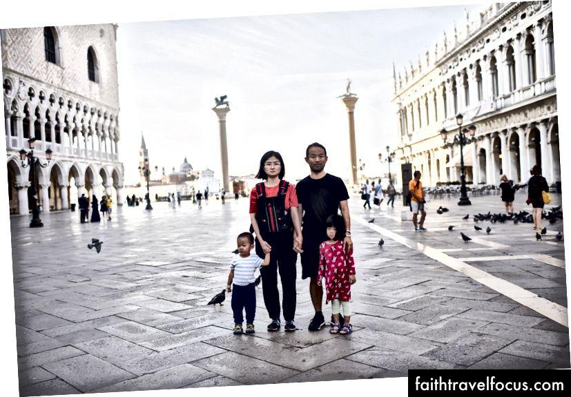 Trước khi đám đông đến. Wifey và tôi bế những chú Chows nhỏ đang ngủ trong bộ đồ ngủ của chúng và nhét chúng vào giữa quảng trường St Marco ở Venice, Ý vào sáng sớm.