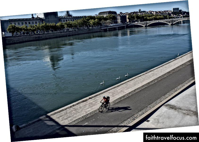 Wifey đạp xe với Little Chow dọc theo Rhone ở Lyon. Chúng tôi đã được bầu trời xanh tuyệt vời được cấp ở đây.