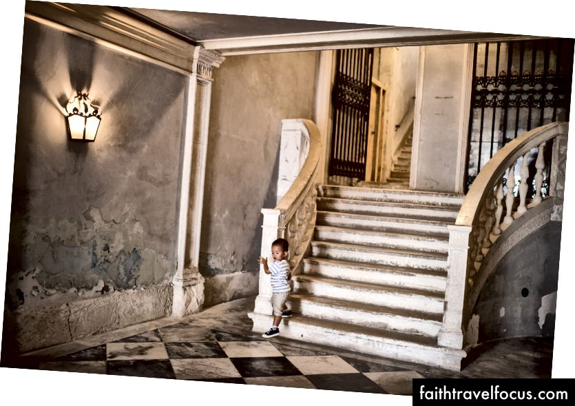Littler Chow khăng khăng tự mình bước xuống cầu thang khắp mọi nơi. '自己 走 199 (tự đi) - anh ta khăng khăng, gạt bỏ mọi nỗ lực giúp đỡ bên ngoài. Chào bà ngoại gọi ông 'cổ cứng, hay bướng bỉnh như tuổi Sửu.