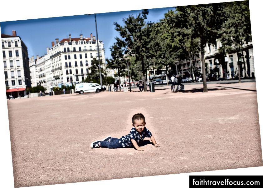 Rơi là ổn. Bạn chỉ cần tự đứng dậy. Lyon, Pháp.