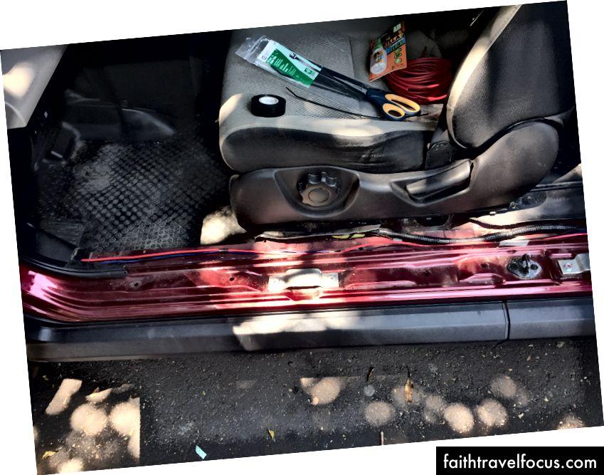 Chạy dây cáp điện xuống bệ cửa và phía sau xe. Cảm ơn Honda đã làm cho những tấm này rất dễ dàng để loại bỏ! Không có thời gian nào cả. Tôi cắm cáp vào lốp dự phòng phía sau và kết thúc nó bằng phích cắm / ổ cắm 12 v