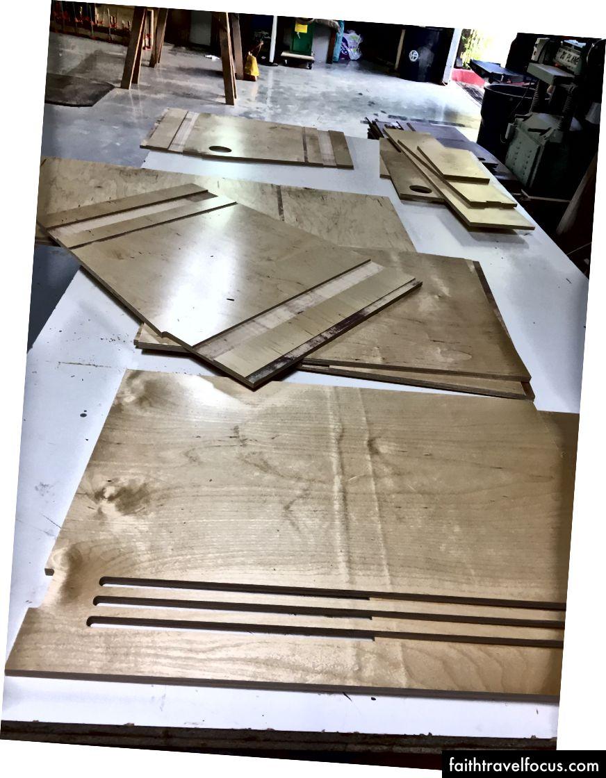 Thật thú vị khi thấy kết quả của nhiều tháng làm việc, ở dạng gỗ hữu hình thực sự! CNC đã làm rất tốt khi cắt ra những mảnh bếp ô tô khác nhau của tôi. Nó giống như bộ IKEA cá nhân của riêng tôi.