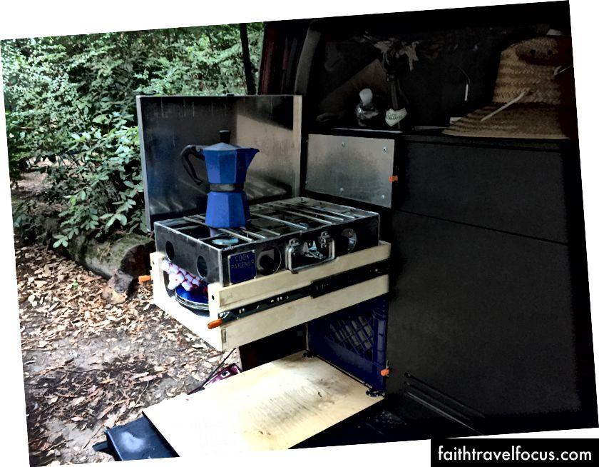 Bếp được đặt trên một khu vực lõm của ngăn kéo. Có không gian trong ngăn kéo để đĩa, bát, và bình kép có thể cung cấp khí đốt
